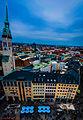 München, Marienplatz, links der Turm von Skt Peter (14293606530).jpg