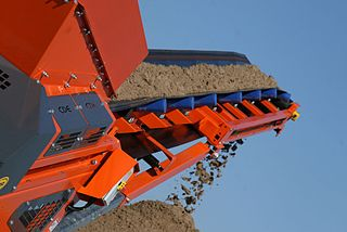 https://upload.wikimedia.org/wikipedia/commons/thumb/4/4f/M2500_washed_sand_on_conveyor_%286238147930%29.jpg/320px-M2500_washed_sand_on_conveyor_%286238147930%29.jpg