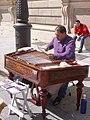 Madrid - Plaza de Oriente, Intérprete de címbalo húngaro 2.jpg