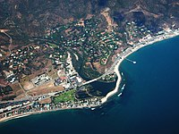 Aerial view o Dountoun Malibu an surroondin neighborhuids