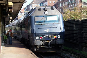 DSB Class ME - ME unit 1533 in the new livery pushing a set of doubledecker coaches out of Valby station.
