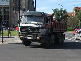 https://upload.wikimedia.org/wikipedia/commons/thumb/4/4f/Mercedes-Benz_dump_truck_on_Mickiewicza_and_Pi%C5%82sudskiego_intersection_in_Krak%C3%B3w.jpg/320px-Mercedes-Benz_dump_truck_on_Mickiewicza_and_Pi%C5%82sudskiego_intersection_in_Krak%C3%B3w.jpg
