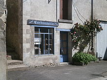 Photographie en couleurs d'un ancien magasin dont la devanture porte l'inscription : « Cordonnerie, galoches, sabots ».