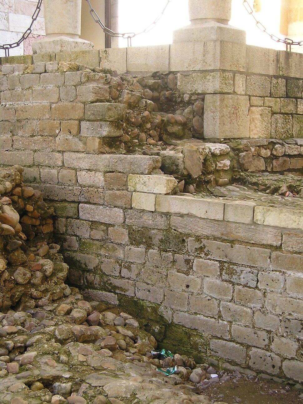 Restos da muralla altoimperial do castra legionis VII Geminae en León.
