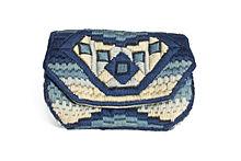 a385d2d2c Bolso tipo cartera en bordado de lana marfil y azul, en varios tonos,  formando decoración geométrica tipo art decò