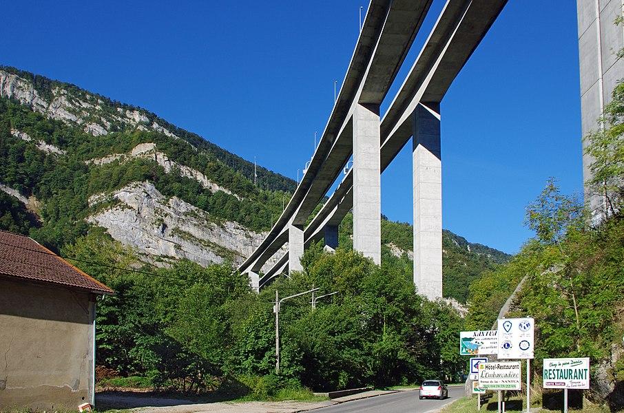 Le viaduc de Nantua.   C'est un pont-autoroute. Il a été achevé en 1988 et est actuellement en service. La longueur totale du viaduc est de un peu plus de 1000 m. La hauteur des piles est de presque 90 m.