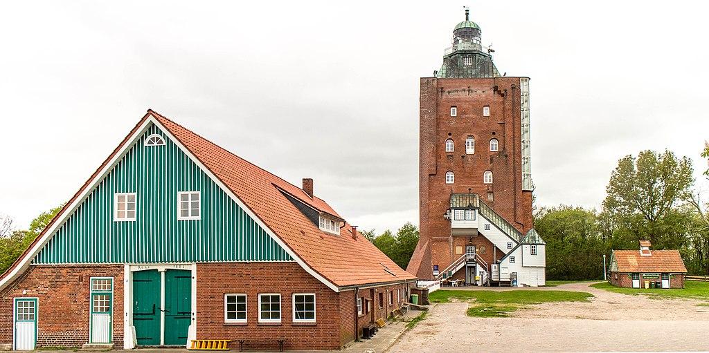 Neuwerk Turmwurt: Staatscheune, Großer Leuchtturm und Schulgebäude (im UNESCO-Welterbe Hamburgisches Wattenmeer)