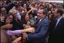 Nixon avec un grand sourire au milieu d'une foule en liesse