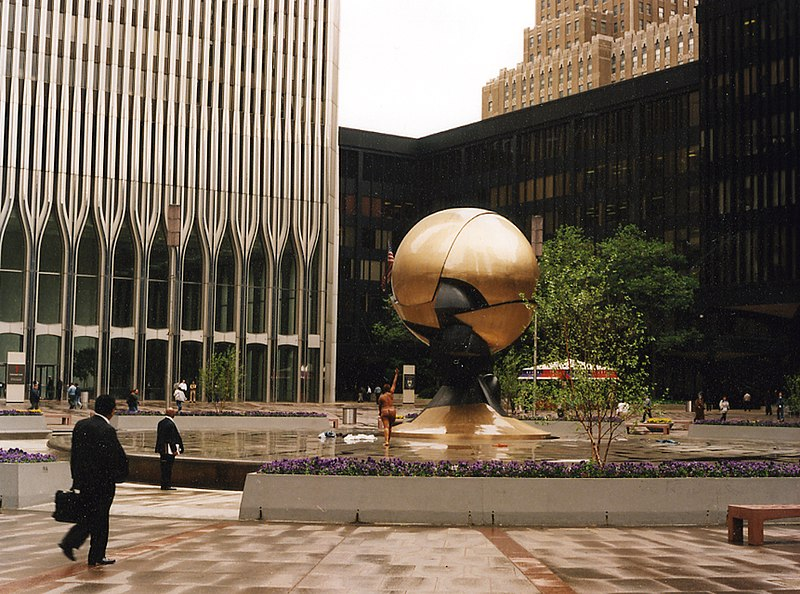 Datei:North Tower and 6 World Trade Center from WTC Plaza.jpg