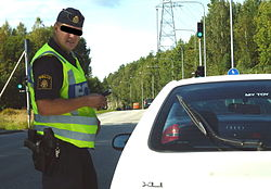 Svart man slå av polisen