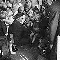 Opgeruimd staat netjes, kinderen ontvangen van Veldkamp e speldje in Den Haag, Bestanddeelnr 914-4856.jpg