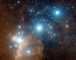Fotografi af Orions bælte.   Længst til venstre er Alnitak, i midten Alnilam, og derefter Mintaka.