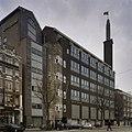 Overzicht bedrijfspand van de Telegraaf, voorgevel met hoge toren met beeldhouwwerk - Amsterdam - 20409001 - RCE.jpg