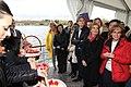Pétalos en el Lago de la Casa de Campo para conmemorar el Día Internacional del Pueblo Gitano 06.jpg