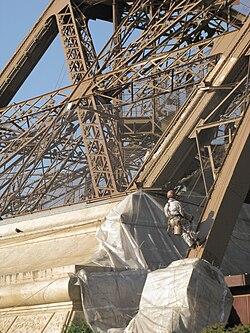 Aspecto caótico de las celosías de los apoyos de la torre cuando se observan desde cerca