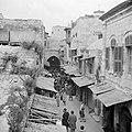 Pelgrims en toeristen in de overdekte markt (souk) in Jeruzalem, Bestanddeelnr 255-5275.jpg