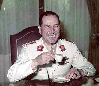 1946 Argentine general election - Image: Peron tomando un café
