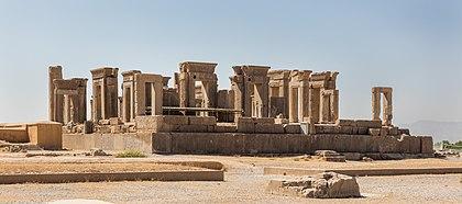 """Palácio de Dario, o Grande em Persépolis (""""A Cidade Persa""""), situada a 60 km ao nordeste da cidade de Xiraz, província de Fars, Irã. O sítio, Patrimônio da Humanidade segundo a UNESCO desde 1979, data de 515 a.C. e foi a capital cerimonial do Império Aquemênida (definição 8609×3806)"""