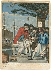 Etualalla viisi vapauden poikien miespuolista miestä pitää kiinni tulliasiamiehen lojalistikomissaarista, yksi pitämällä klubia.  Agentti on tervaa ja höyheniä, ja he kaatavat kuumaa teetä hänen kurkkuunsa.  Keskellä on Boston Liberty Tree, jossa on ripustettu silmukka.  Taustalla on kauppalaiva, jonka mielenosoittajat heittävät teetä yli laidan haboriin.