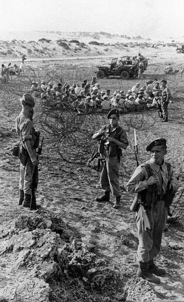 חיילים בריטיים מקיפים את אנשי שדות-ים בגדר