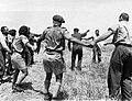 PikiWiki Israel 517 Kibutz Gan-Shmuel ks6- 70 גן-שמואל-חוגגים סיום הקציר בשדה 1938.jpg