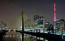 Ponte Octávio Frias de Oliveira, parte do Complexo Viário Real Parque, com os edifícios comerciais do Brooklin Novo ao fundo. Em destaque, o Centro Empresarial Nações Unidas e a sede da Globo São Paulo, à direita
