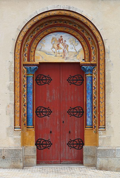 Vue du portail principal de l'église paroissiale, commune de Saint-Martin-du-Limet, Mayenne, Pays-de-la-Loire, France. Le tympan représente la scène du manteau.