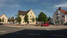 Der Lingenfelder Rathausplatz mit Ortsgemeinderathaus, Verbandsgemeinderathaus sowie einer örtlichen Bank (v.l.)