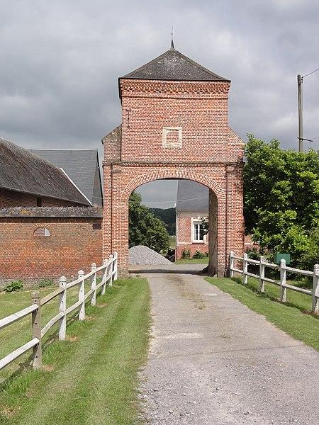 Romery (Aisne) porche-pigeonnier de ferme