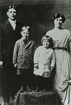 Ronald Reagan with family 1916-17