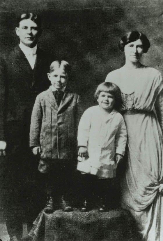 Ronald Reagan with family 1916-17