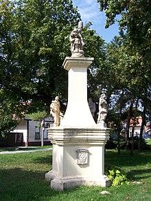 Trojičný stĺpz r. 1748 v centre Rusoviec