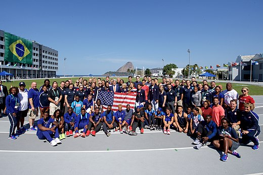 Secretary Kerry poses for a photo with members of Team USA in Rio de Janeiro (28787760835).jpg