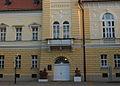 Skulpture ispred ulaza u SO Kikinda.JPG