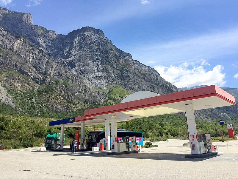 Image d'une station-service française vers Saint-Julien-Mont-Denis en Savoie.