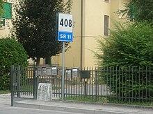 La SS 11 al km 408 nella Riviera del Brenta. La chilometrica è segnalata sia da un moderno segnale stradale sia da una pietra miliare