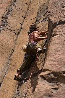 a6cf8fdcc623ef Arrampicatore su una via a Sunshine Wall (Washington, Stati Uniti). L' arrampicata ...