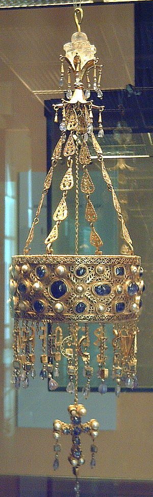 Pendilia - Votive crown of the Visigoth King Recceswinth († 672), part of the Treasure of Guarrazar. Made of gold and precious stones in the 2nd half of the 7th century. National Archaeological Museum of Spain (Madrid).