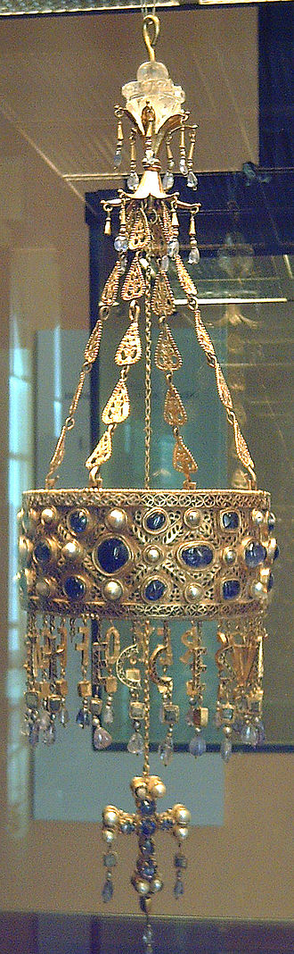 Votive crown - Image: Tesoro de Guarrazar (M.A.N. Madrid) 01