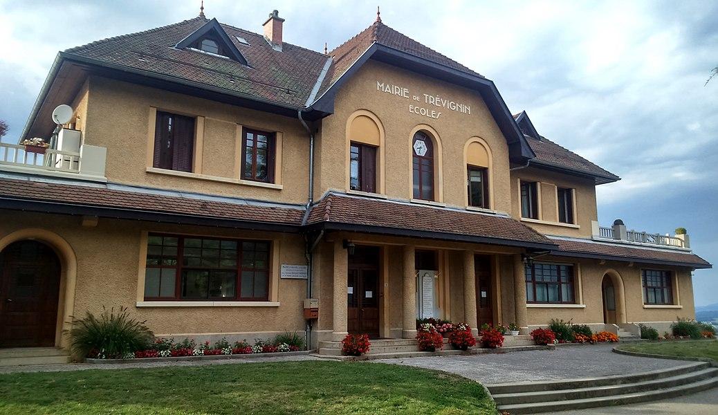 L'hôtel de ville et l'école de Trévignin (Savoie).