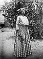Tropenmuseum Royal Tropical Institute Objectnumber 10019366 Portret van een Surinaamse vrouw gekl.jpg