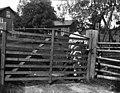 Värmland. Jösse hd. Mangskog sn. Bjurbäcken. Gårdsgrind, vanlig typ vid större bondgårdar - Nordiska museet - NMA.0078222.jpg