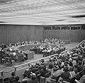 Vergaderzaal van de Verenigde Naties met achterin de hoofdtafel en vooraan de pu, Bestanddeelnr 191-0753.jpg