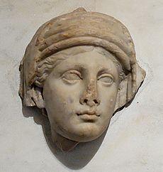 Bas-relief représentant une vestale, œuvre de l'époque d'Hadrien, Antiquarium du Palatin