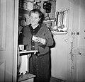 Vrouw aan het werk in haar keukentje, Bestanddeelnr 252-9342.jpg
