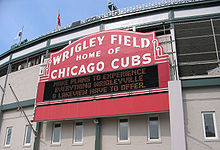 Description de l'image  Wrigley-field-sign-daytime-in-chicago-ill-usa.jpg.