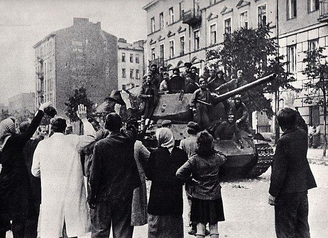 Libération du quartier de Praga à Varsovie par l'Armée rouge. Les batiments sont ici encore debout.
