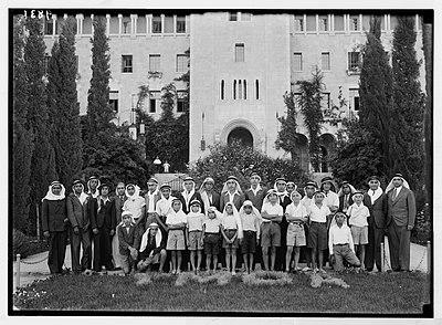 شبيبة مسيحية أمام مبنى جمعية الشبان المسيحيين في القدس؛ عام 1938.