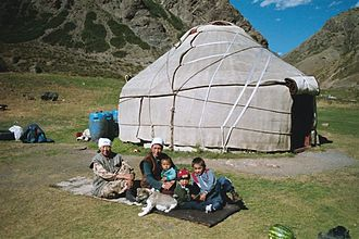 Una famiglia che vive in una yurta.