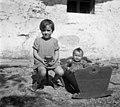 """""""Zbela"""" (zibelka) in 2 stara stola pri Kmetovih, Gradišče 1955.jpg"""
